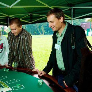 Stół do zabawy w pokera z obsługą krupiera