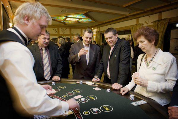 Stół do zabawy w pokera z obsługą krupiera - organizacja imprez